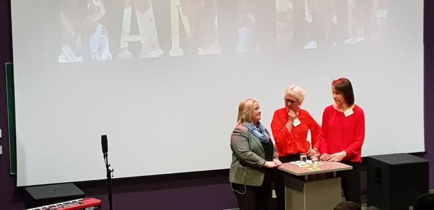 Ordførerne Andrine Solli Oppegaard og Kari Anne Bøkestad Andreassen i samtale med Inger-Gunn Sande