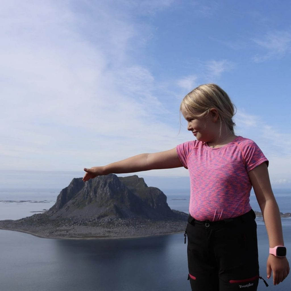 Augustvinneren heter Eli Helen Korsan og er fra Brønnøysund. Hun har knipset et herlig bilde av barn som har gått Vegatrappa og som på toppen klapper Søla.